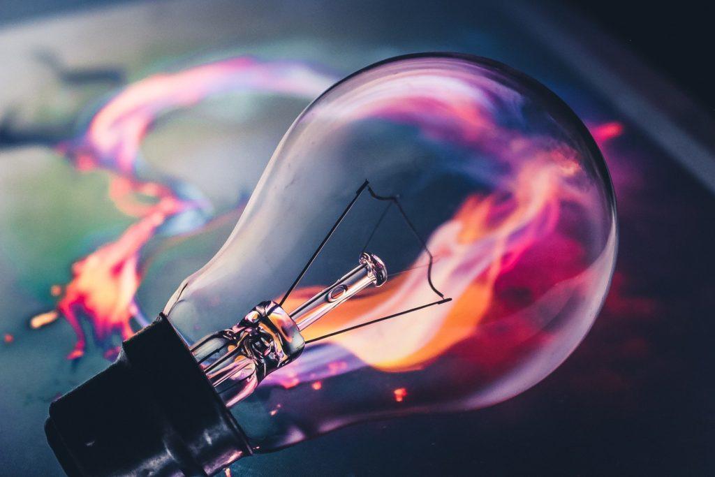 閃きを連想させる電球