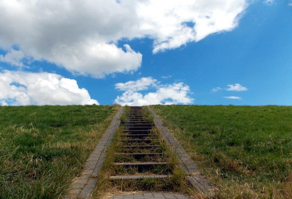 階段を1歩ずつ昇り切った先に青空が広がる空に到達する