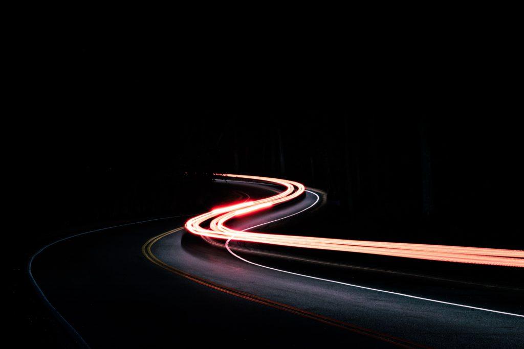 猛烈なウルトラスピードで光が道路上を移動している
