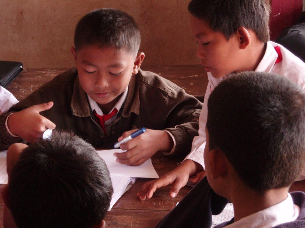 4人の男の子が1つの課題に取組んでいる姿